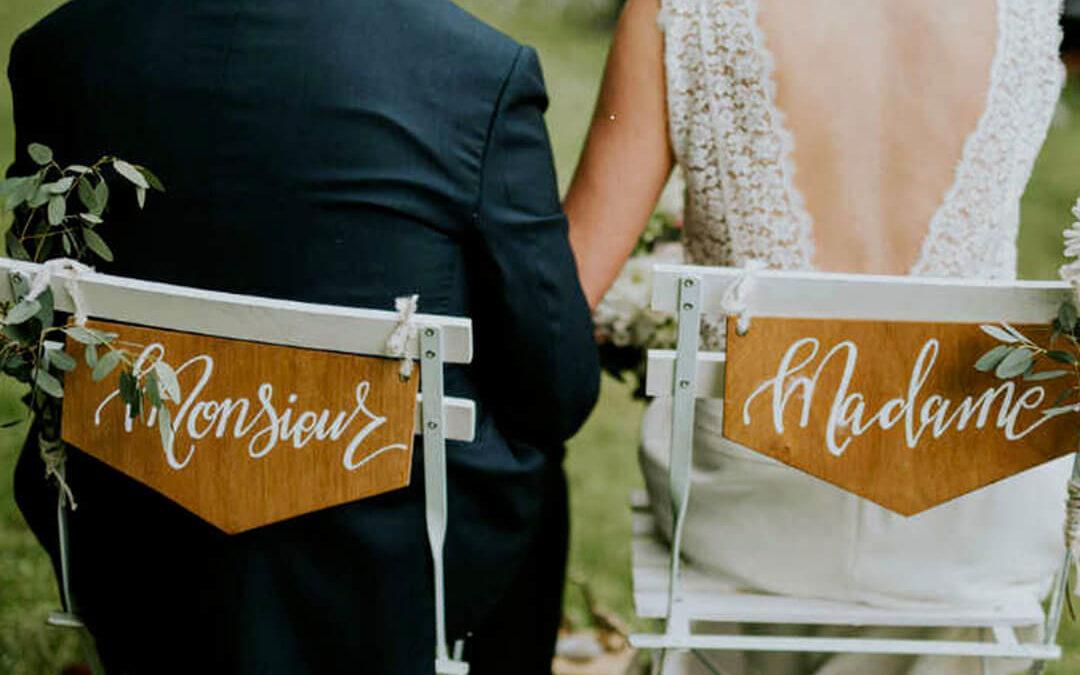 Mariés, devez-vous être assis lors de votre cérémonie laïque ?